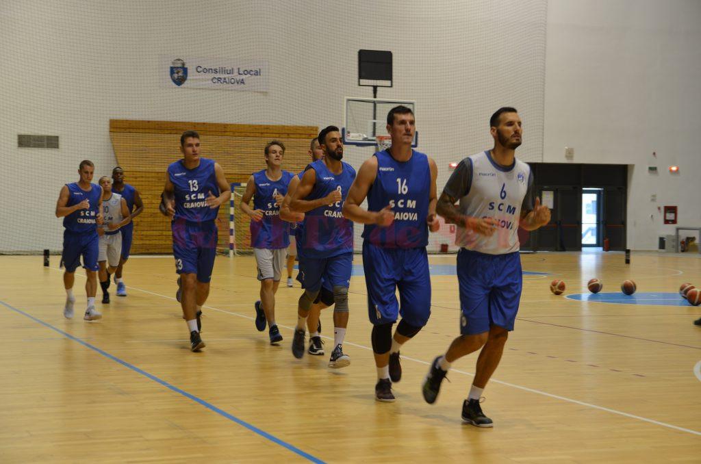 Jucătorii craioveni au susţinut aseară primul antrenament, în Sala Polivalentă (foto: Daniela Mitroi-Ochea)