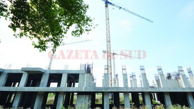 Cartierul de locuințe de pe strada Caracal, abandonat de chinezi, va fi preluat de municipalitate, care trebuie să găsească o soluție pentru finalizarea lucrărilor (Foto: Bogdan Grosu)