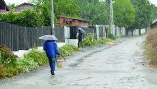 Craiovenii care locuiesc pe Aleea 1 Șimnic spun că s-au săturat de la atâtea promisiuni legate de introducerea canalizării  (Foto: Bogdan Grosu)