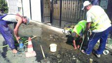 Angajații Companiei de Apă au intervenit, vineri, pentru a remedia o nouă avarie la conducta de apă de pe strada Tecuciului (Foto: Marian Apipie)