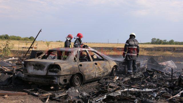 Pompierii au lichidat focul în aproximativ două ore (Foto: Claudiu Tudor)