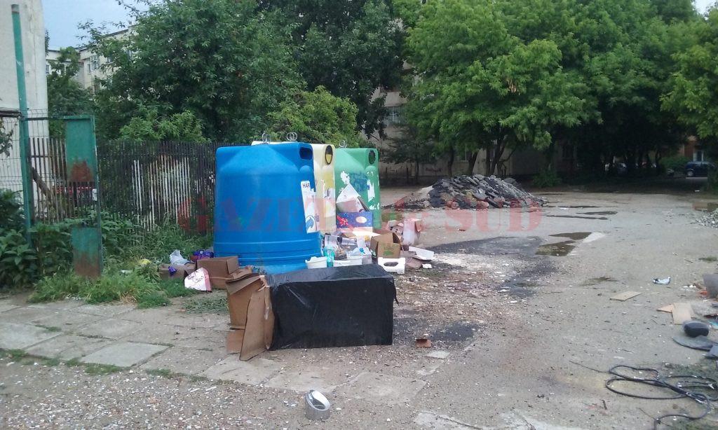 Deșeurile reciclabile sunt aruncate mai mult pe lângă containere decât în acestea deșeurile reciclabile la containerele (Foto: Claudiu Tudor)
