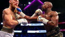 Floyd Mayweather (dreapta) l-a învins pe Conor McGregor
