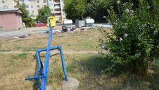 Loc de joacă din cartierul 1 Mai, amenajat între două platforme de gunoi (FOTO: Claudiu Tudor)