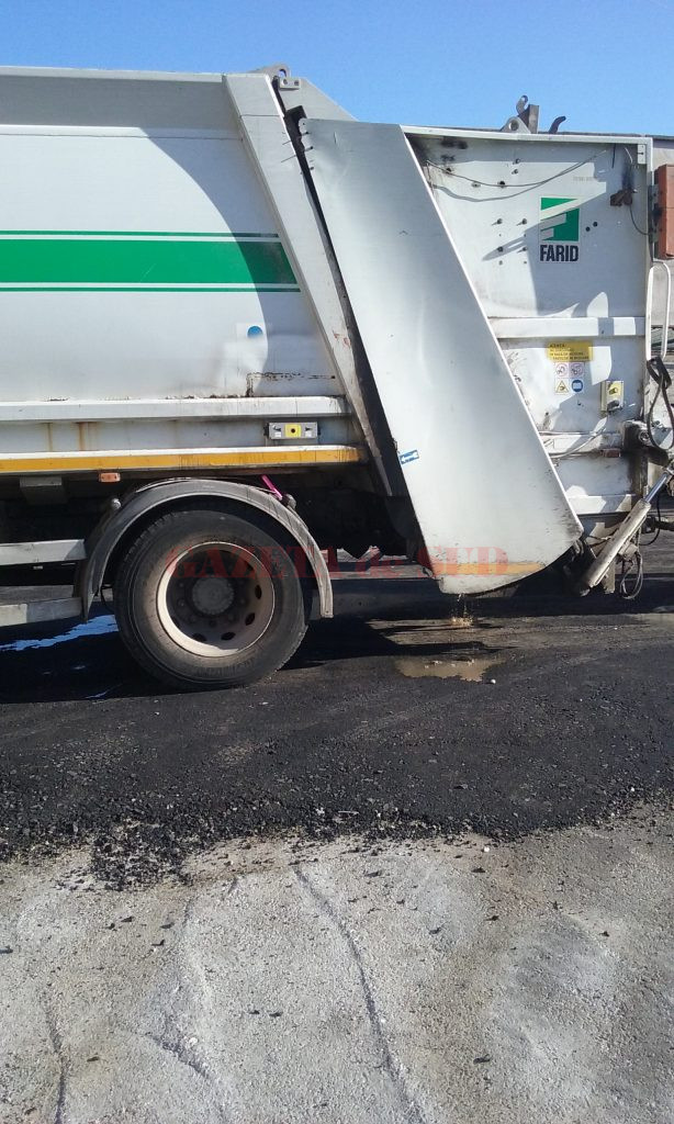 Mizeria scursă din maşinile de gunoi emană un miros greu de suportat (Foto: Claudiu Tudor)