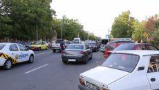 Mașinile parcate neregulamentar, miercuri, pe strada Amaradia, în zona clădirii unde se află Serviciul de Înmatriculări și Serviciul de Pașapoarte, blocau câte o bandă de circulație pe sens (Foto: Lucian Anghel)