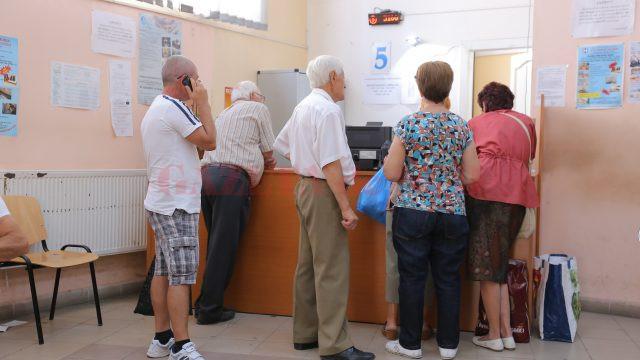 """Cele mai multe cereri de bilete din partea pensionarilor doljeni, care sunt depuse la Casa de Pensii, sunt pentru perioada de vară. Unele sunt redistribuite la """"refuzuri"""" și se pot obține de la ghișeul 5. (Foto: Lucian Anghel)"""