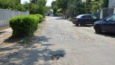 Strada Honore de Balzac are 90 de metri și este plină de gropi, dar a fost uitată atunci când s-au asfaltat străzile din împrejurimi (Foto: Claudiu Tudor)