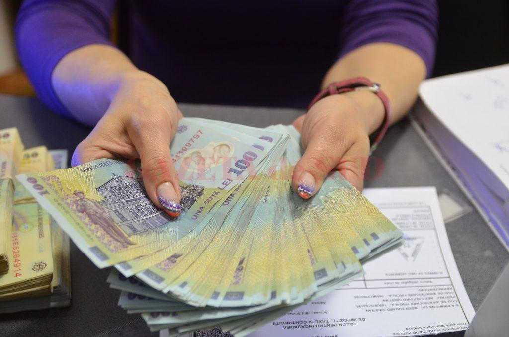 Pensia pe care o încasează într-o lună un pensionar protejat de legi speciale este comparabilă cu suma primită de nouă persoane plătite cu salariul minim pe economie