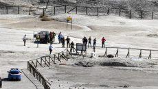 Forţele de intervenţie au sosit la faţa locului pentru recuperarea trupurilor căzute în crater