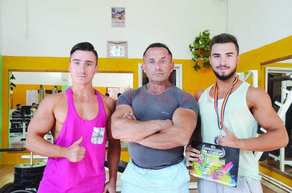 Antrenorul Costel Torcea se mândrește cu Paul Dîlganu (stânga) și Sebastian Pană (Foto: Alexandru Vîrtosu)
