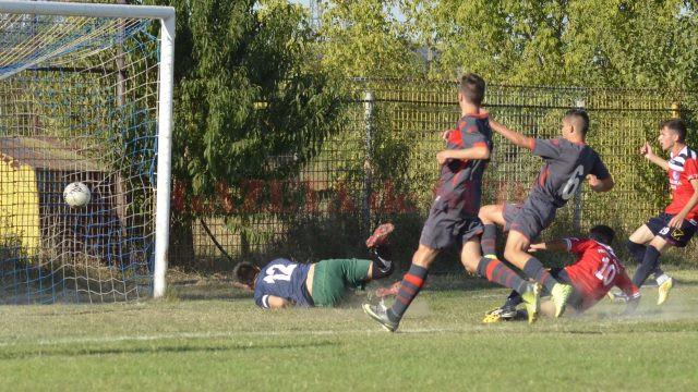 Ionuț Badea (nr. 10, în roșu) a deschis scorul cu un șut din cădere (Foto Alexandru Vîrtosu)