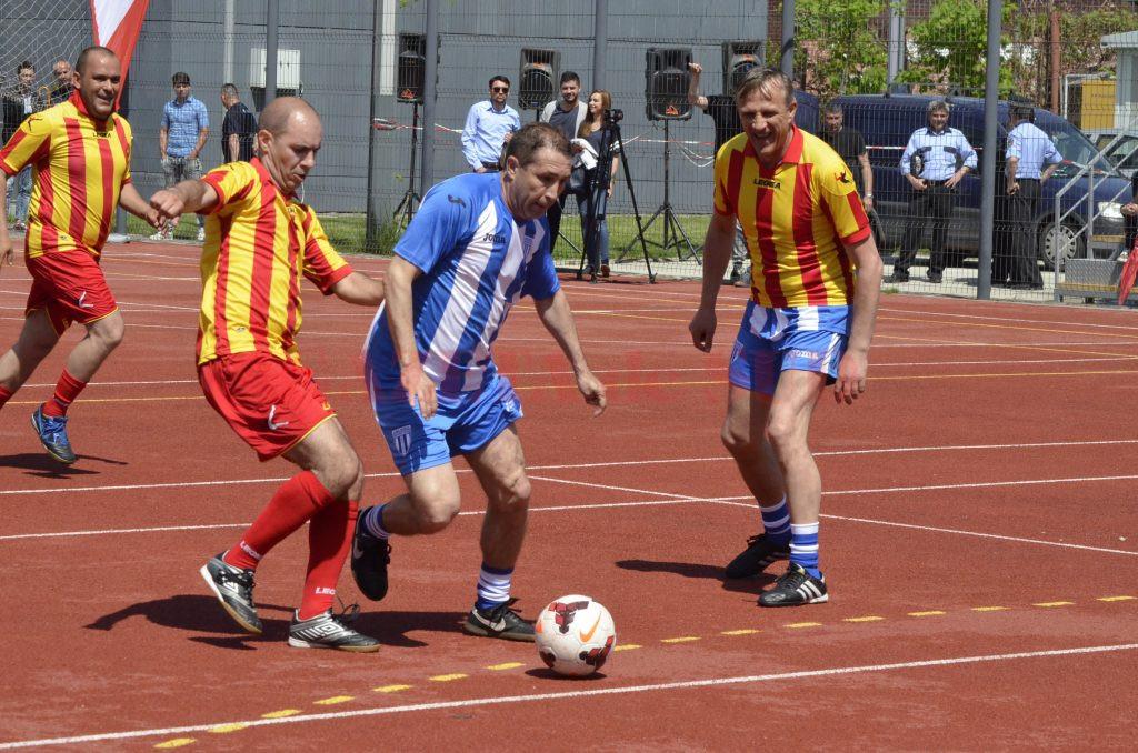 Badea (la minge) este convins că jucătorii CS Universitatea vor face un joc bun în Ardeal (Foto: Alexandru Vîrtosu)