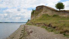 Peisajul în care este situată aşezarea de pe malul Dunării, precum şi cimitirul care datează din epoca feudală şi în care osemintele sunt vizibile sunt doar câteva dintre particularităţile comunei Devesel (Foto: Bogdan Grosu)