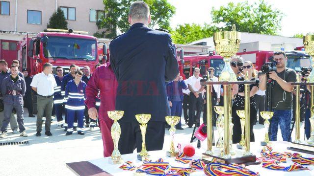 Cadrele ISU Dolj au premiat ieri, cu ocazia Zilei Pompierilor din România, câștigătorii concursurilor profesionale ale serviciilor voluntare şi private pentru situaţii de urgenţă