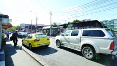 Strada din zona Pieţei Gării rămâne fără o bandă de circulaţie din cauza parcărilor neregulamentare