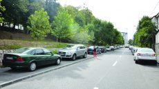 Pe strada Câmpia Islaz, un trotuar este ocupat de maşini