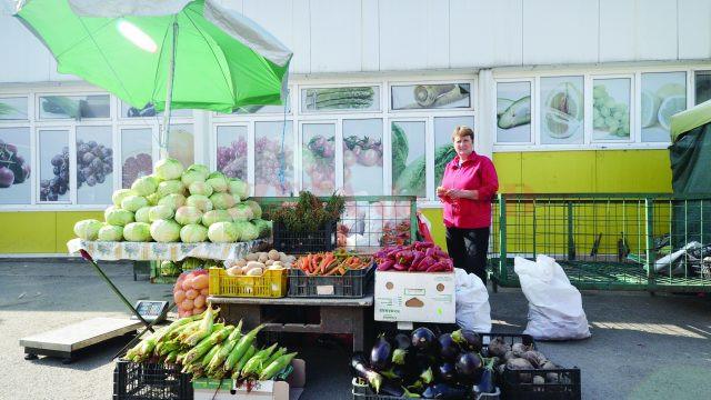 Mariana Măciucă, producător de legume din Mârşani, aşteptându-şi clienţii în Piaţa Centrală din Craiova (Foto: Bogdan Grosu)