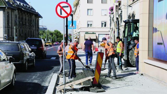 Refacerea trotuarelor străzii A.I. Cuza ar putea dura mai mult decât se credea, pentru că nu s-ar găsi cantitatea de pavele de granit necesară (Foto: Lucian Anghel)