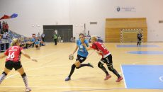 Cristina Zamfir Florianu (la minge) a marcat 9 goluri în poarta echipei bistriţene (foto: Claudiu Tudor)
