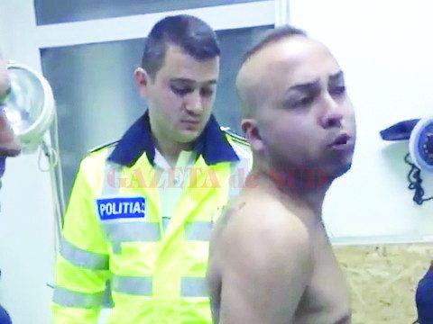 Suspectul a fost dus la Spitalul de Urgență Craiova, unde i-au fost recoltate probe de sânge