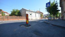 Pe strada General Dragalina, asfaltată în primăvară, mai multe guri de canal s-au lăsat și au nevoie de reparații
