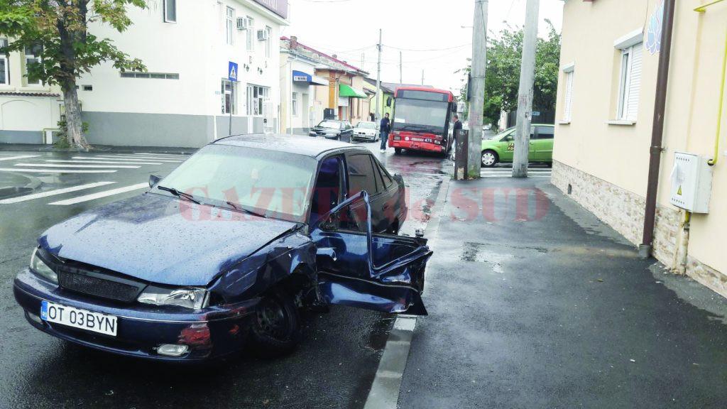 Autoturismul Cielo a fost lovit în plin de autobuzul care circula regulamentar