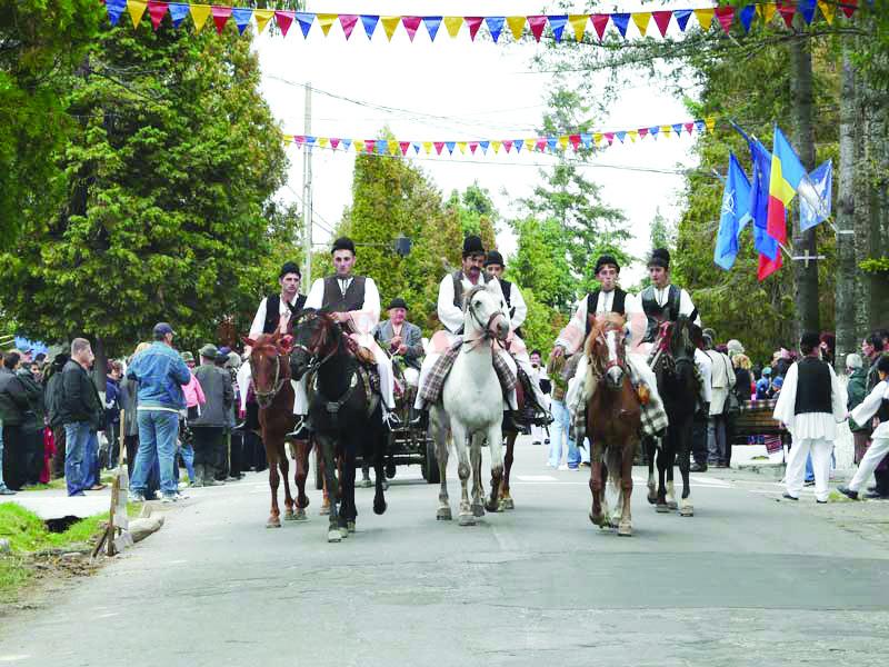 Festivalul a reunit sute de folclorişti