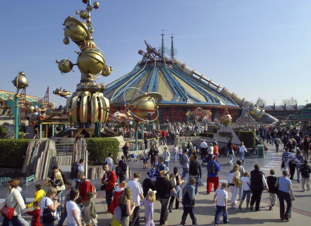 Anchetatorii au reținut că minorii au jefuit sute de turiști care vizitau Disneyland Paris sau circulau cu trenul sau metroul (pinterest.com)