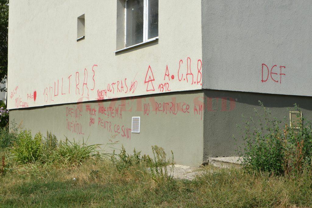 Unul dintre blocurile reabilitate cu fonduri europene a fost mâzgălit cu graffiti (Foto: Bogdan Grosu)