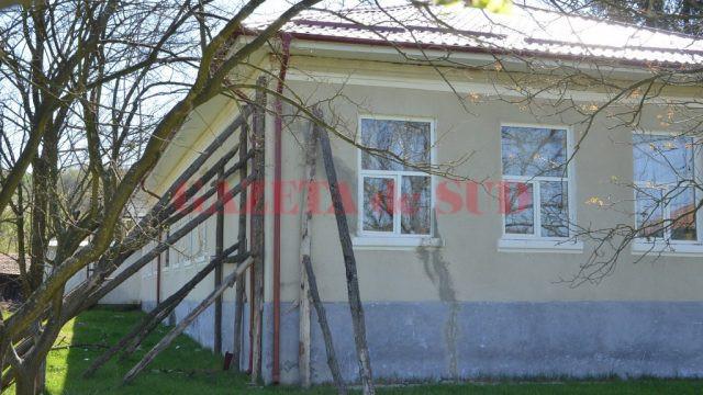 Clădirea Școlii gimnaziale Tălpaș, sprijinită de butuci, a intrat în proces de consolidare și reabilitare