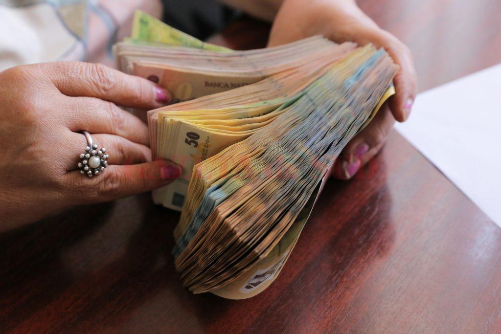 Primăriile și-au mărit salariile proprii, astfel că în multe localități bugetele locale nu mai ajung nici pentru plata lefurilor