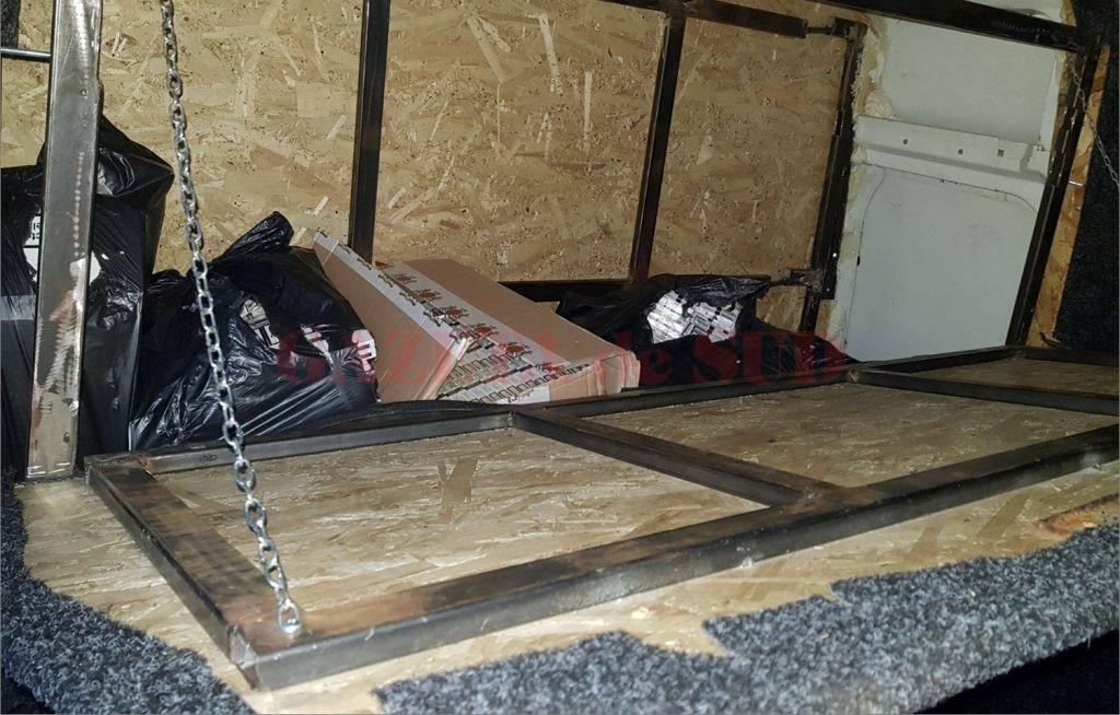 Polițiștii de la Economic au găsit aproape 9.000 de pachete de țigări de contrabandă în pereții falși ai unei autoutilitare
