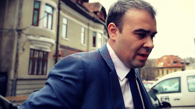 Fost ministru al finanțelor în guvernul Ponta și fost primar al municipiului Slatina, Darius Vâlcov a fost pus sub acuzare în mai multe dosare de corupție, unul fiind pe rolul Tribunalului Dolj (sursa: adevarulfinanciar.ro)