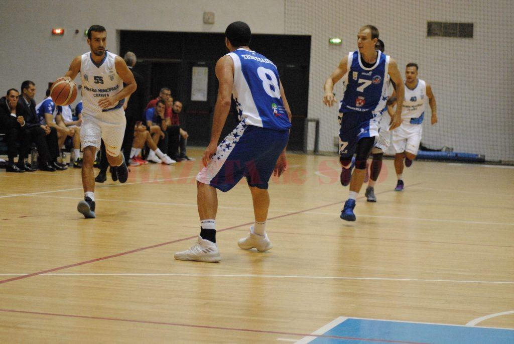 Goran Martinic (la minge) a debutat sâmbătă pentru echipa olteană