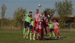 Fotbaliștii de la CSO Filiași (în roșu) au obținut puncte importante în ultima deplasare (Foto: Alexandru Vîrtosu)