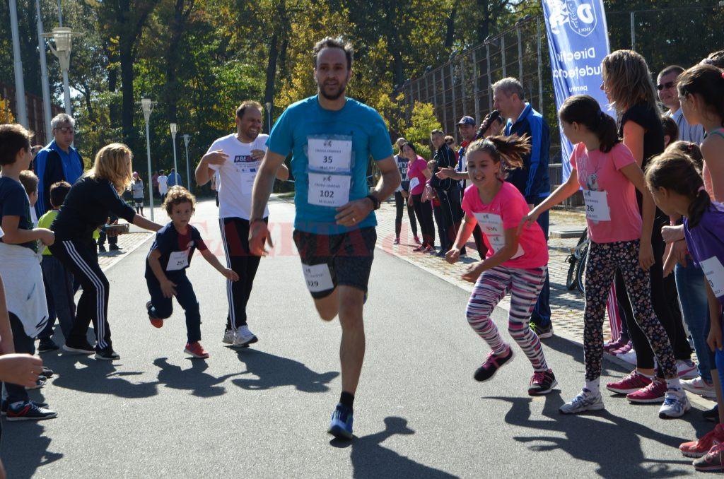 În cursa familiilor, adulţii au alergat în prima parte a traseului, apoi au predat ştafeta celor mici