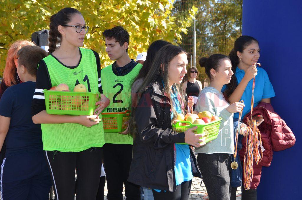 Voluntarii i-au aşteptat pe copii cu fructe şi medalii