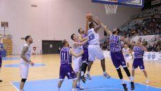 Craiovenii (în alb) au pierdut la şase puncte diferenţă primul meci cu BC Timişoara (foto: Lucian Anghel)