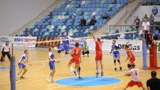 Bogdan Ene (în albastru, centru) și colegii săi au pierdut primul set, apoi le-au câștigat pe următoarele trei (foto: Claudiu Tudor)
