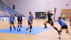 Andreea Pricopi (la minge) și colegele sale au obținut o victorie fără emoții în fața Zalăului (foto: Lucian Anghel)