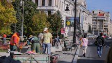 Pe strada A.I. Cuza mai este de lucru la refacerea trotuarelor, însă firma de construcții a depășit termenul primit de la Poliția Rutieră și a fost amendată (Foto: Lucian Anghel)