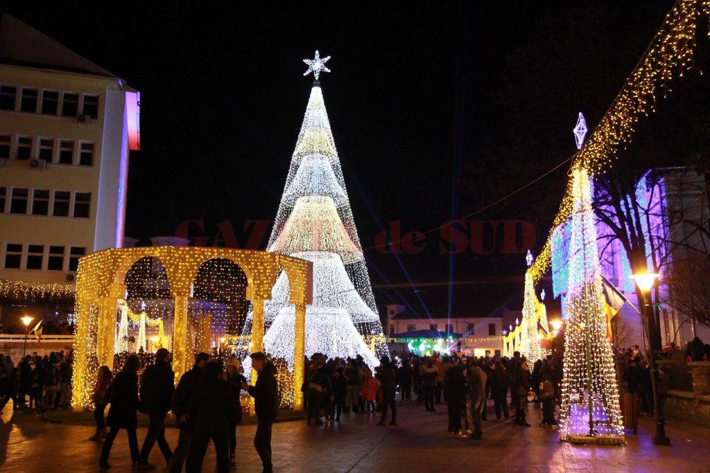 Bradul de Crăciun de la Târgu Jiu valorează 100.000 de euro şi riscă să rămână în depozit