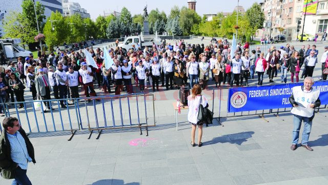 Cadre didactice afiliate la FSLI Dolj au protestat ieri în Piața Prefecturii din Craiova (FOTO: Claudiu Tudor)