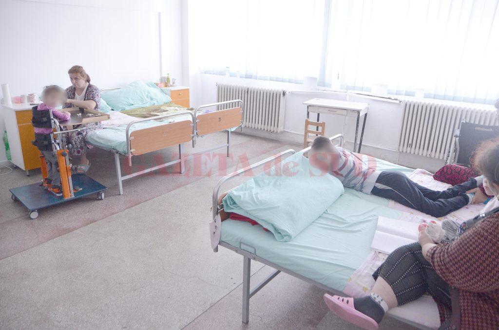 Așa arată unul dintre saloanele în care sunt internați copiii la SJU Slatina