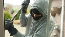 Polițiștii au stabilit că hoții au intrat în cele patru locuințe prin forțarea ferestrelor de tip termopan (Foto: satmareanul.net)