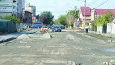 Strada Toporași a fost decopertată în urmă cu trei săptămâni, dar constructorii nu au mai revenit să toarne stratul de asfalt (FOTO: Claudiu Tudor)