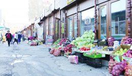 În Piața din Valea Roșie, produsele sunt expuse pe trotuar (Foto: Lucian Anghel)