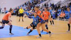 Valentina Ardean Elisei (la minge) şi colegele sale au suferit a doua înfrângere din acest sezon (foto: Lucian Anghel)