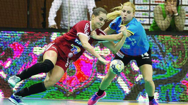 Zeljka Nikolic (în tricou albastru) şi colegele sale au pierdut meciul de la Debrecen, dar la final au sărbătorit calificarea în grupele Cupei EHF